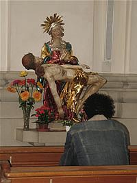 Rezando en una iglesia (Suiza)